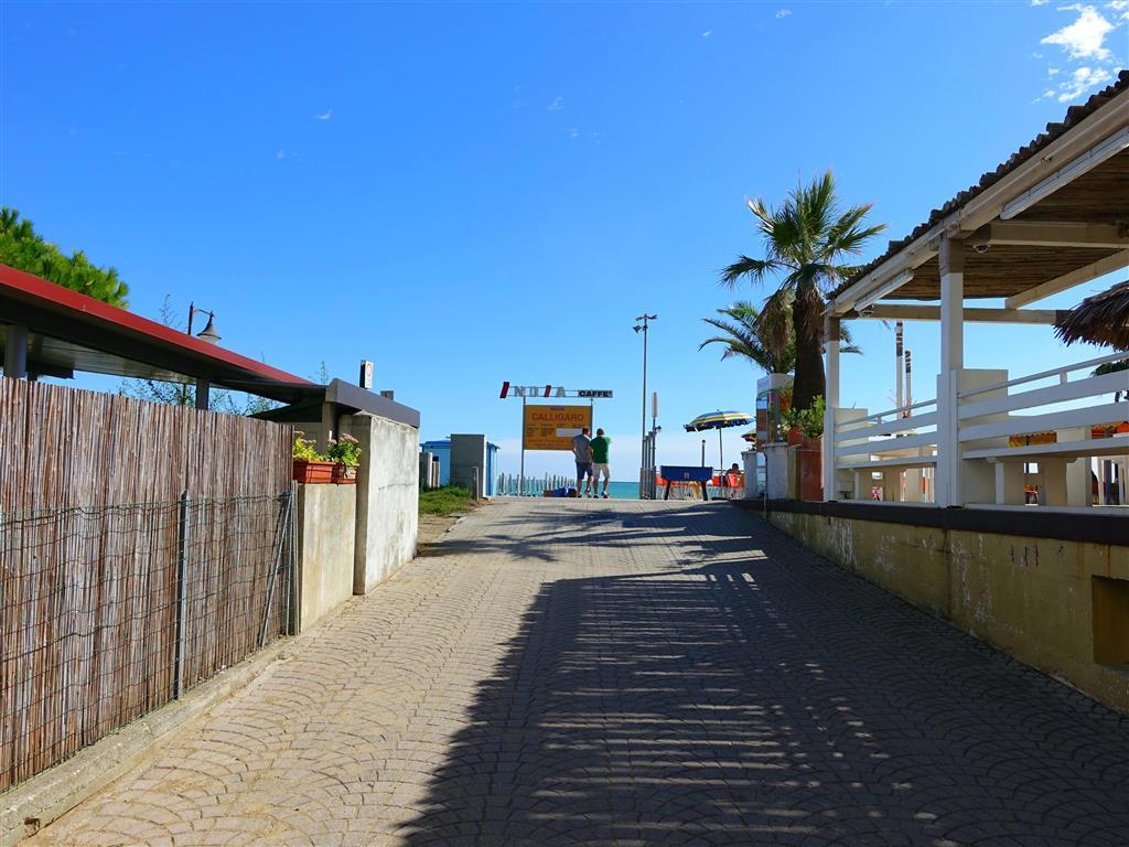 ulice vedoucí na pláž od hotelu