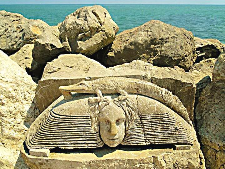 promenáda mezi plážemi s vytesanými sochami