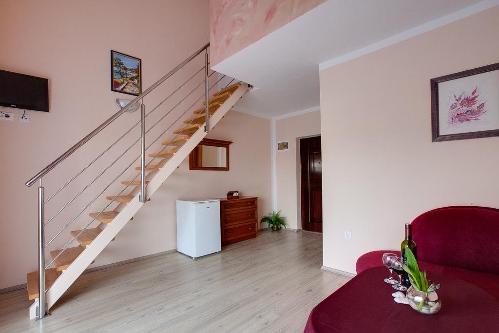 Ložnice (většinou manželské lůžko) se nachází na galerii, v přízemí je obývací pokoj s rozkládací pohovkou pro 2 osoby.