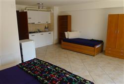 apartmány mají balkon, klimatizaci za příp. 50 €/týden, pračku na balkoně
