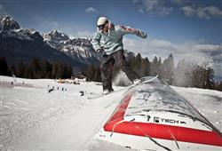 Snowpark Dosson Vás ohromí. Na svahu můžete libovolně využít 4 table s 11 překážkami