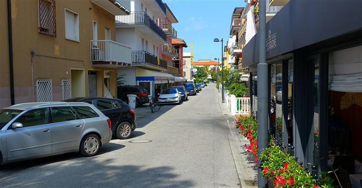 ulice s hotelem v pozadí