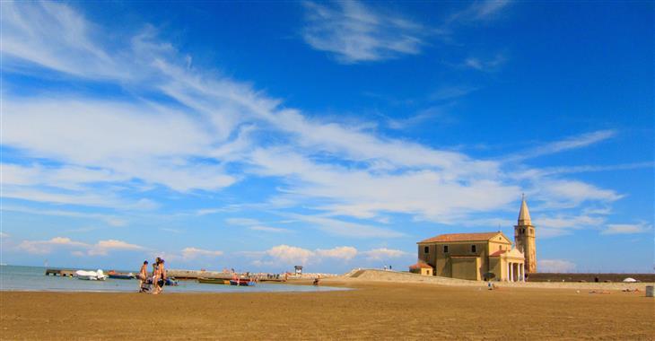 pláž v Caorle u kostelíku