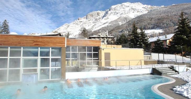 V hlavní sezóně jsou lázně otevřeny denně 10:00 - 20:00