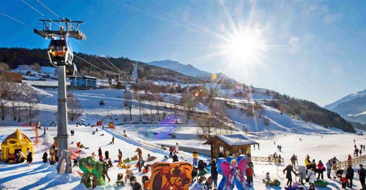 Lekce lyžování pro děti jsou přece zábavnější s různými sněhovými aktivitami