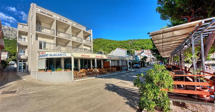 Hotel přímo u pláže nabízí pokoje s polopenzí s možností 1 dítěte do 12 let na přistýlce zdarma.