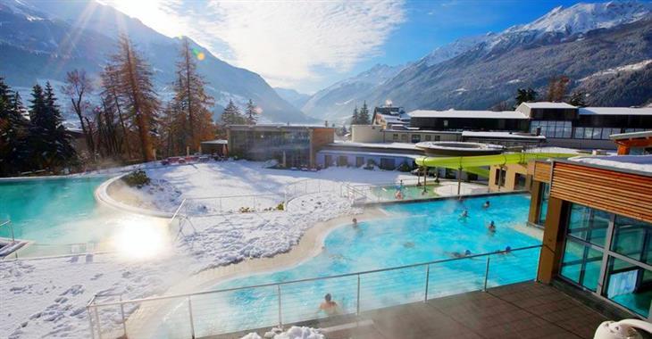 Využít můžete plavecký bazén, sauny, masáže, termální prameny a další