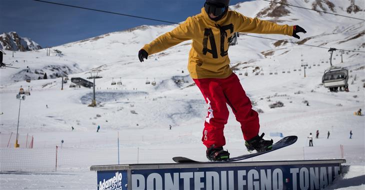 Snowboardisti se jistě vyřádí v Adamello Freestyle Areně v Passo Tonale