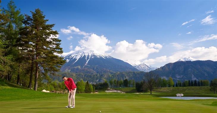 Na golfová hřiště v Bledu (18 a 9 jamek) jsou to od hotelu pouhé 4 km.