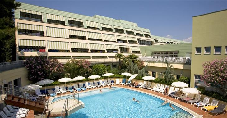 Hosté ubytováni ve ville Park mohou využívat bazény vedlejšího hotelu Svoboda