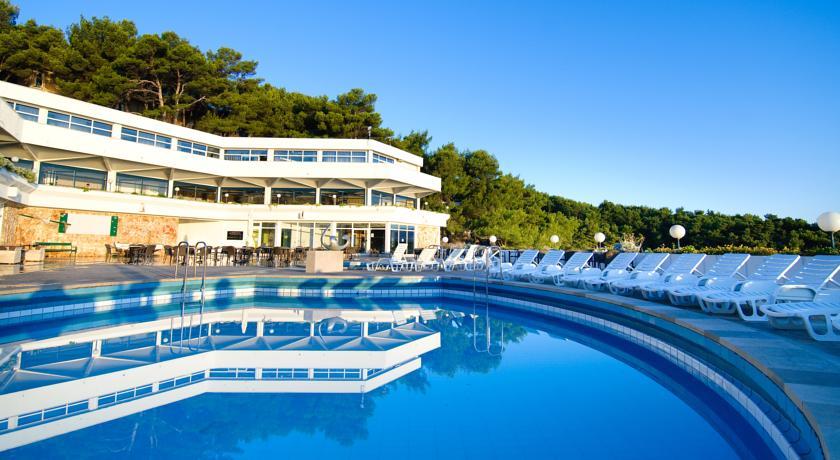 Resort jen 50 m od pláže nabízí pokoje s polopenzí s možností až dvou dětí zdarma