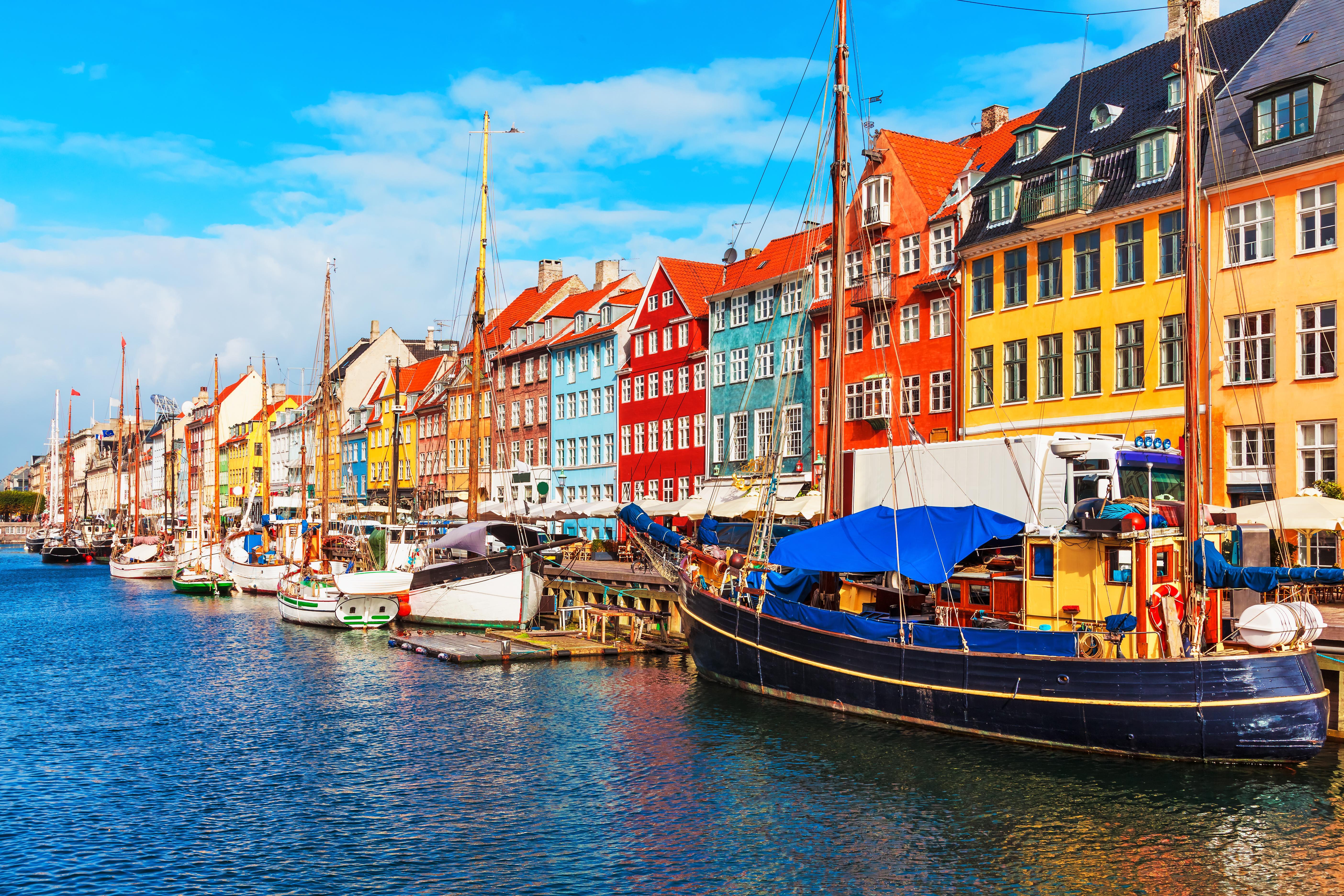 Romantické nábřeží Nyhavn,  které lemují barevné domky a kotví tu staré dřevěné lodě