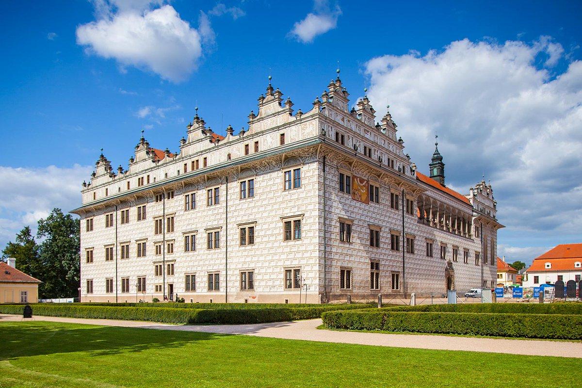 Zámek UNESCO, procházka skalními útvary a české Versailles