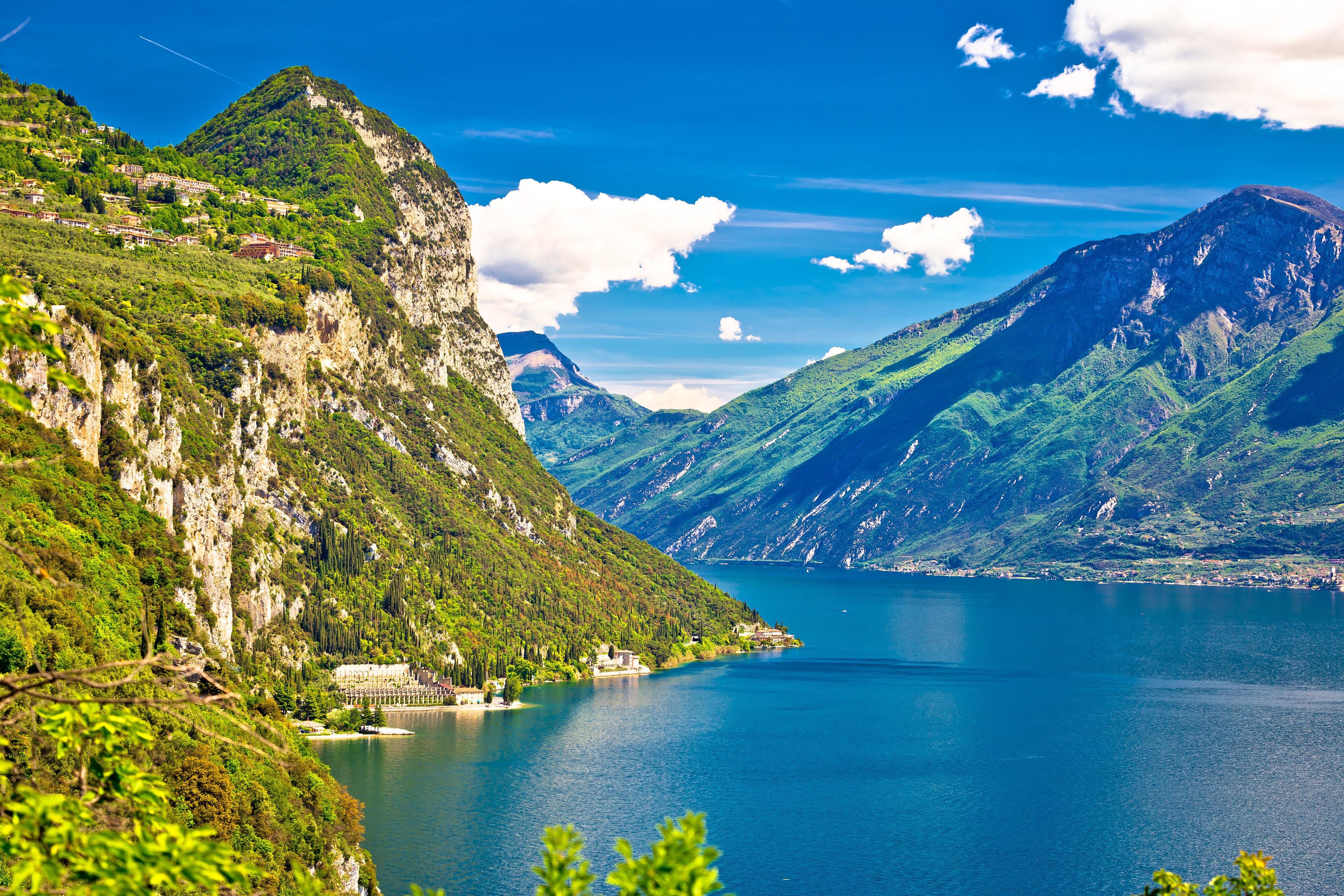 Křišťálové jezero uprostřed horských masivů vás ohromí