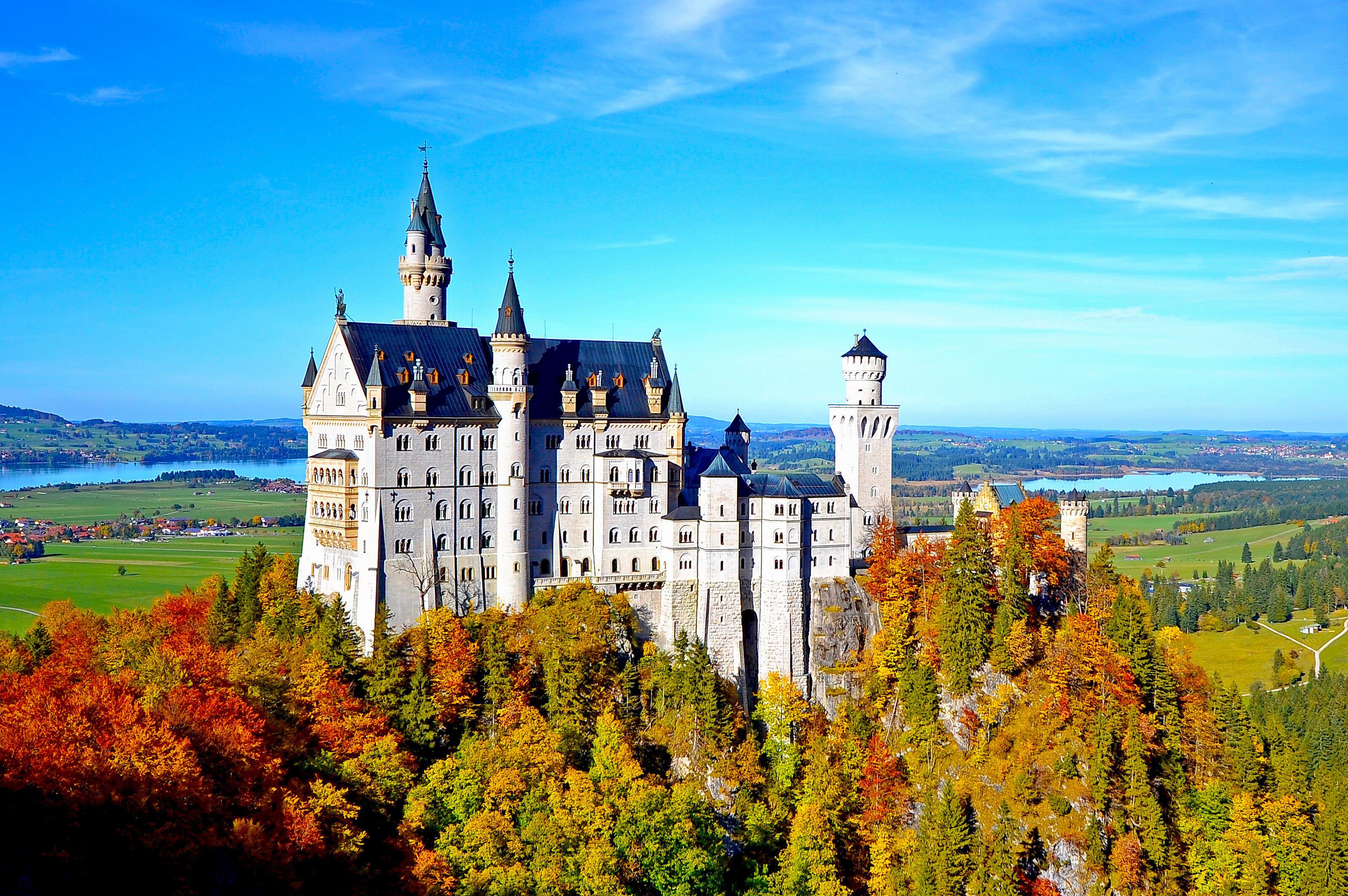 Někteří zámek Neuschwanstein považují za pohádku, jiní za kýč. Každopádně stojí za to spatřit ho na vlastní oči
