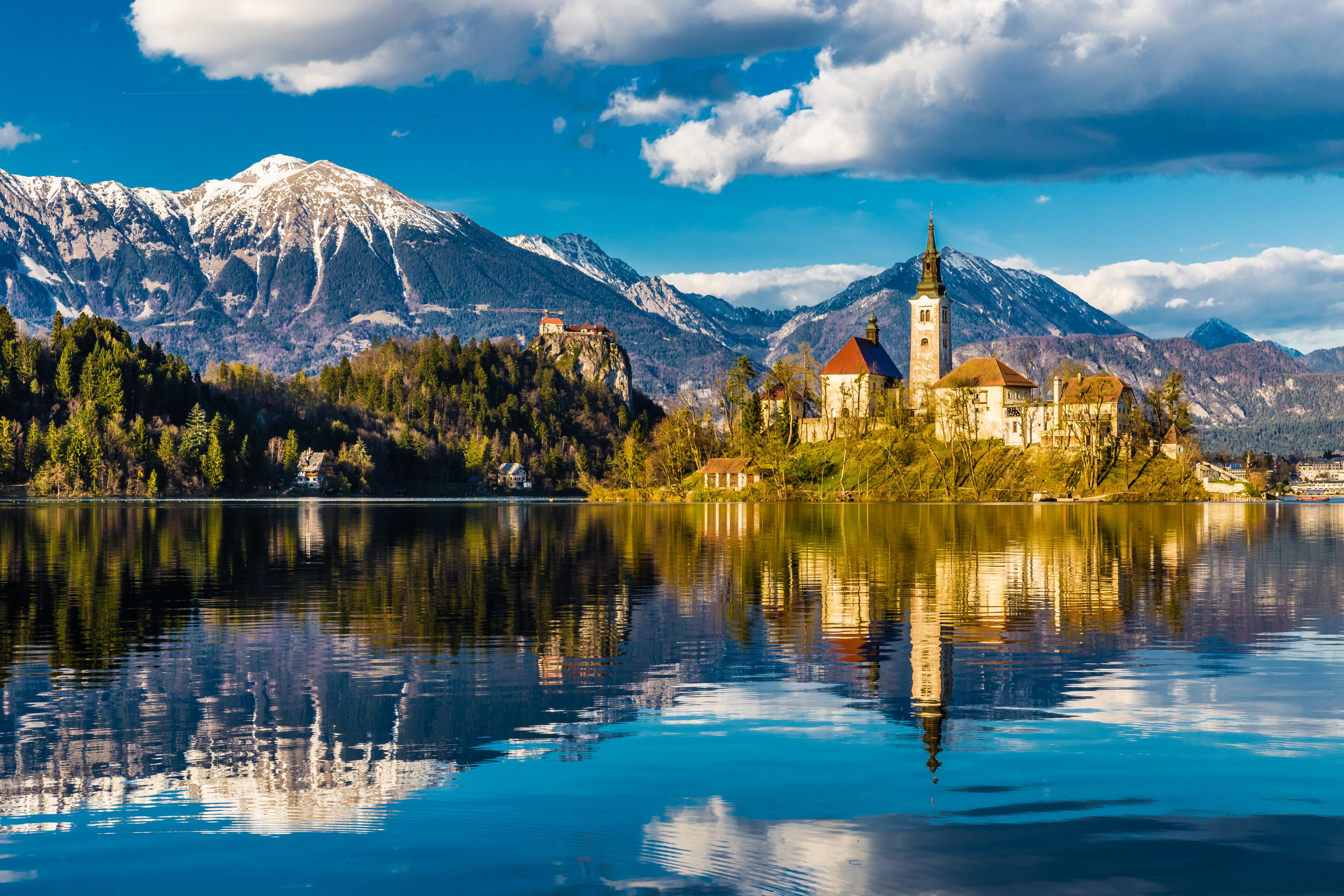 Jezero Bled je ledovcové jezero v Julských Alpách v severozápadním Slovinsku.