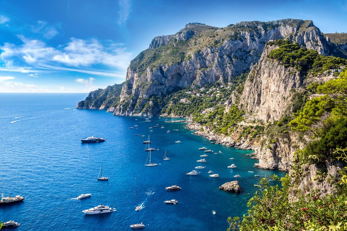 Vydejte se s námi do oblíbené Itálie. Tentokrát nás bude čekat oblast Neapolského zálivu a lodí se vydáme na perlu Tyrhénského moře, kterou je ostrov Capri.