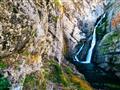 Voda padá z výšky 78 metrů a má dvě ramena