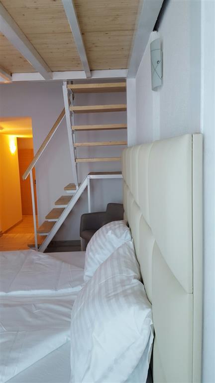 Ložnice vily A1 (2 oddělená lůžka) se nachází na galerii, v přízemí obývací pokoj s manželským lůžkem (vhodné jak pro 2 dospělé osoby i pro děti).