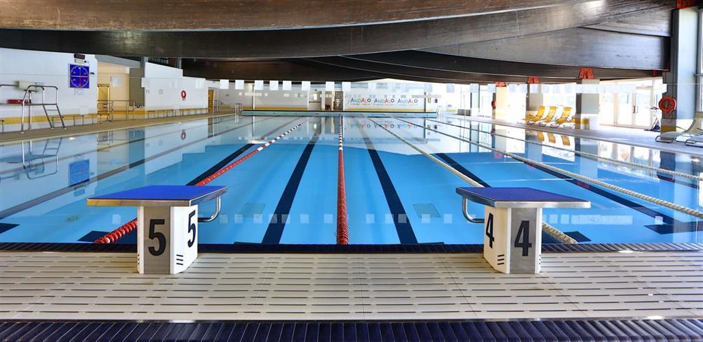 Vstup do bazénu stojí kolem 9 €/osoba