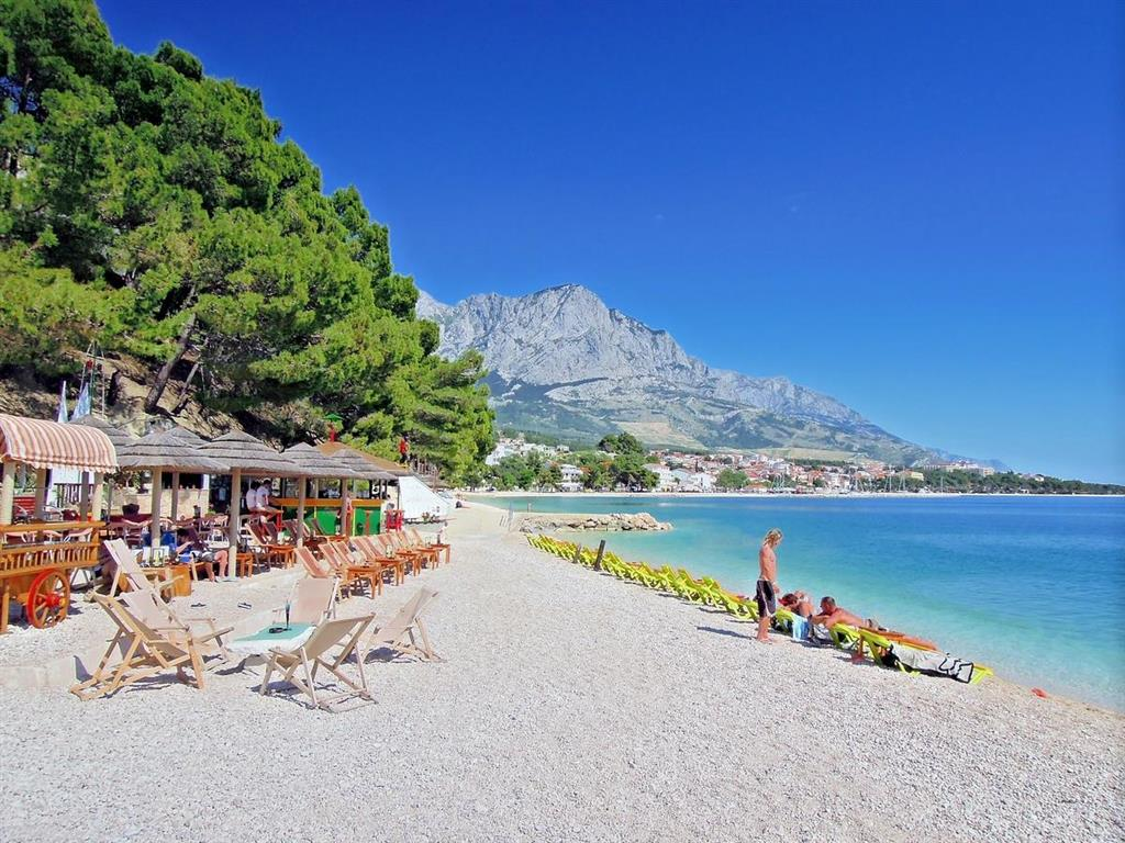 V letovisku se nachází pláže s jemnými oblázky.