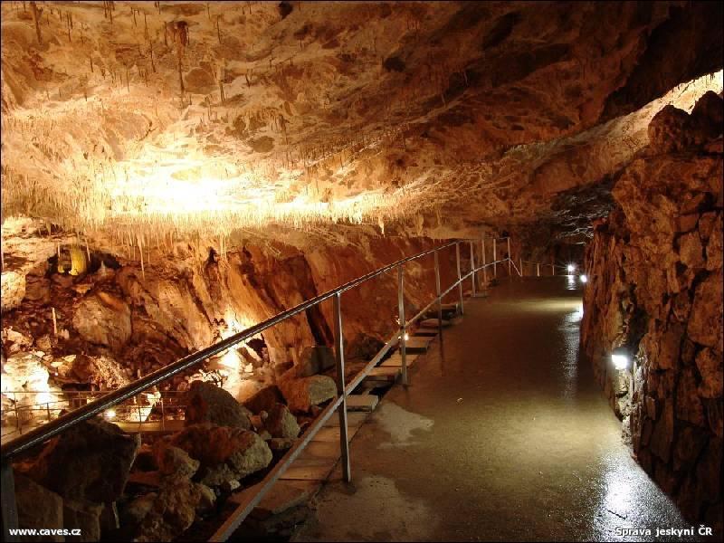 Projdeme domy s bohatou krápnikovou výzdobu v podobě tisíců stalaktidů a záclonek