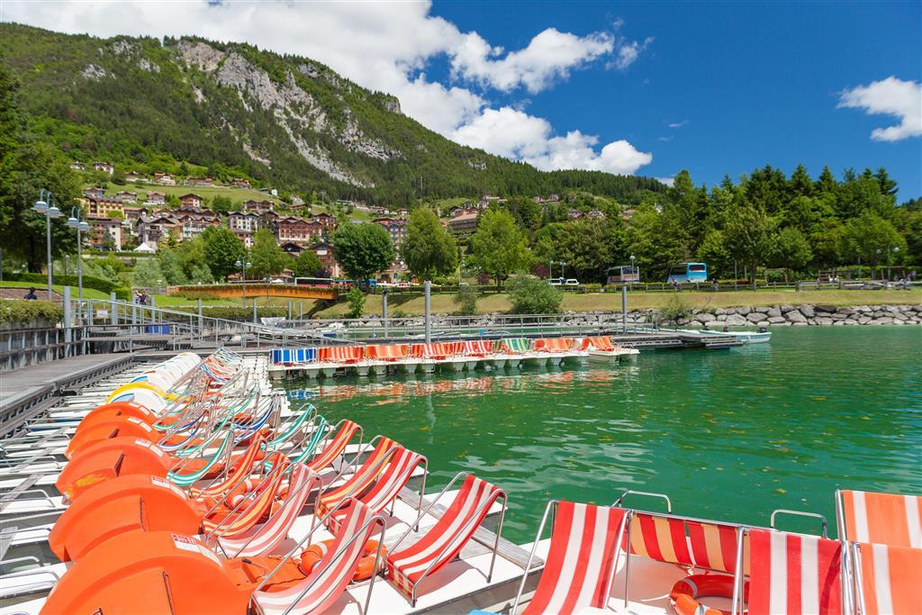 Na břehu jezera Molveno se můžete koupat i odpočívat