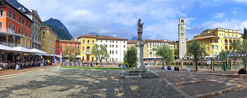 Riva del Garda je město barev, modrá barva vody se snoubí s bílým pískem pláží a barevnými domy