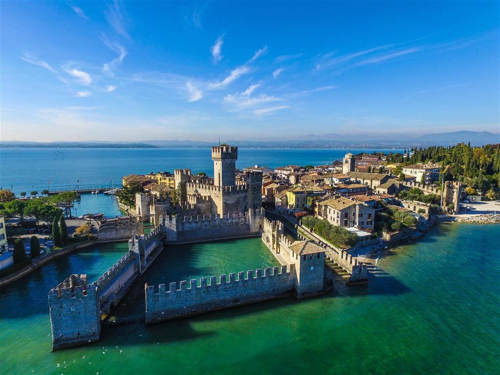 Vodní hrad Rocca Scaligera vyrůstá přímo z vody jezera