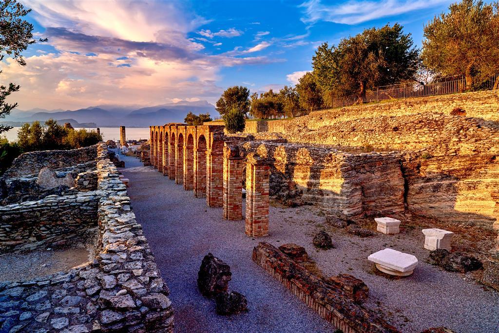 Na úplné špičce leží Grotte di Catullo – nejvýznamnější římská vila v severní Itálii
