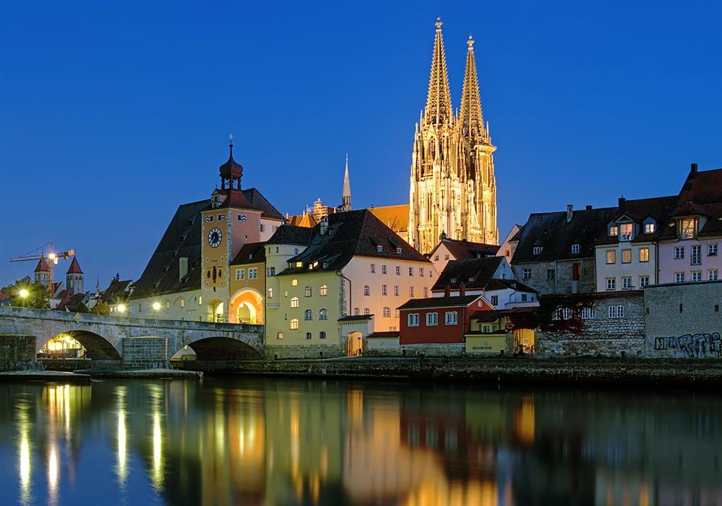 Dominantou města je gotická katedrála sv. Petra