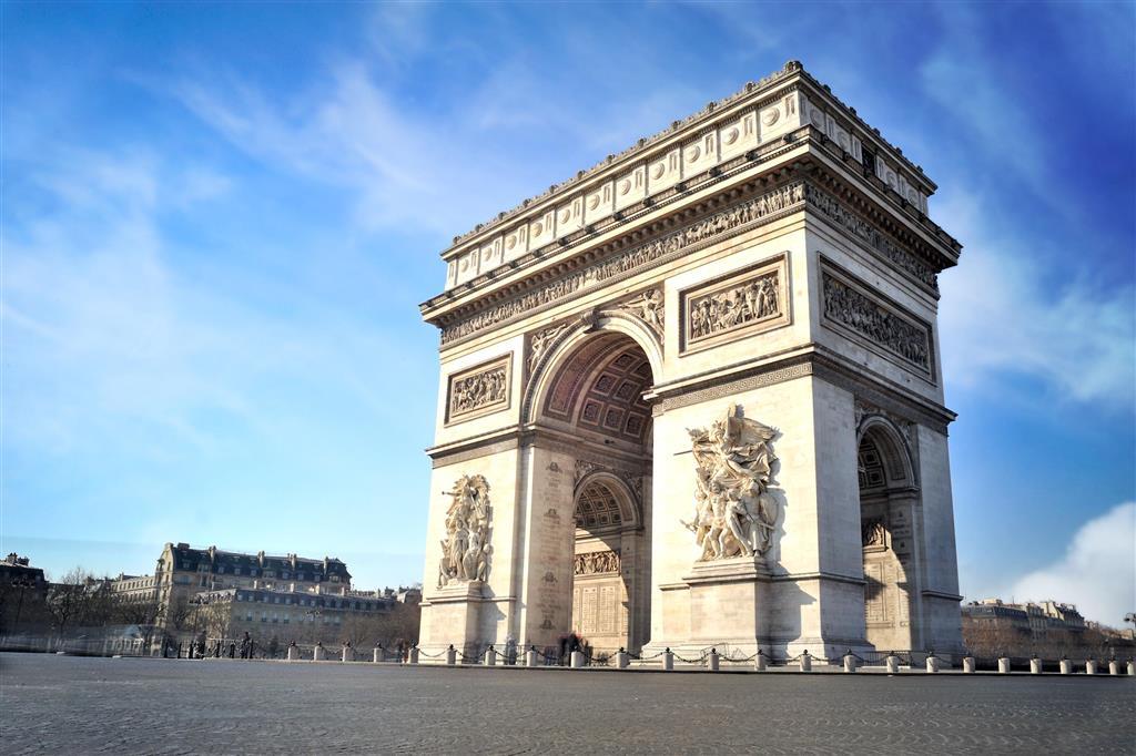Na vrcholku věhlasné Champs Elysées se tyčí Vítězný oblouk. Každoročně zde končí Tour de France