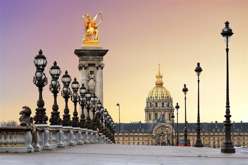 Nejkrásnějším mostem ve městě je prý most Alexandra III. Přímo pod kopulí Invalidovny najdete hrobku Napoleona