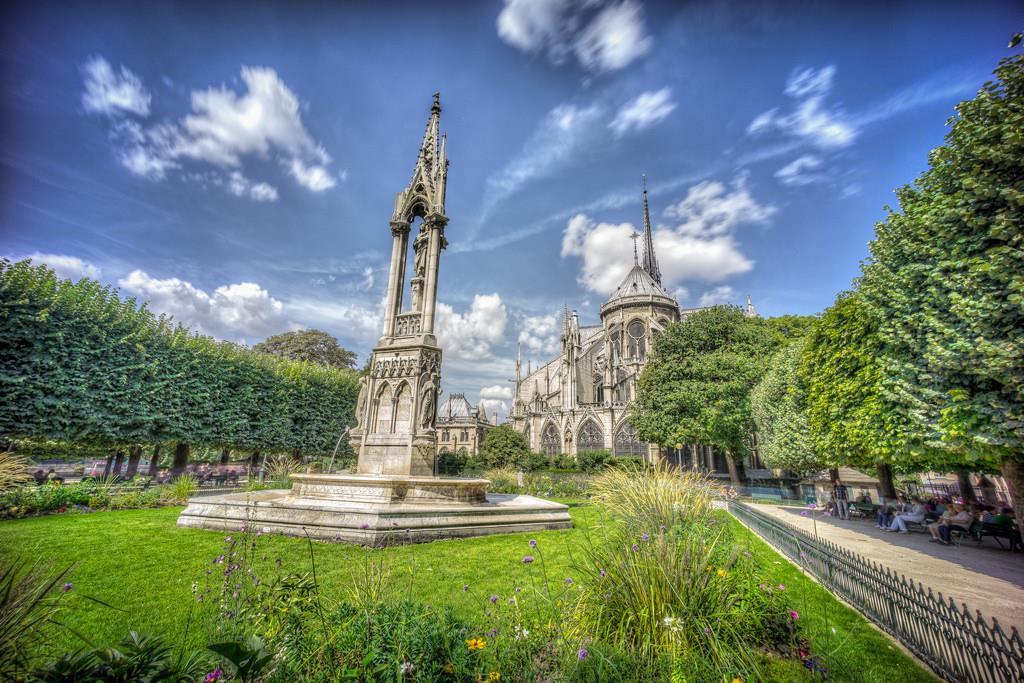 Na ostrově Île de la Cité můžete navštívit známé památky i se posedět v zahradách