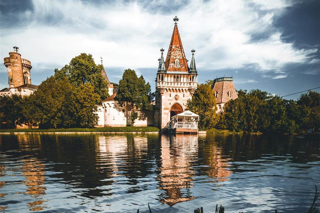 Kolem zámku se rozprostírají krásné zahrady, které stojí za procházku
