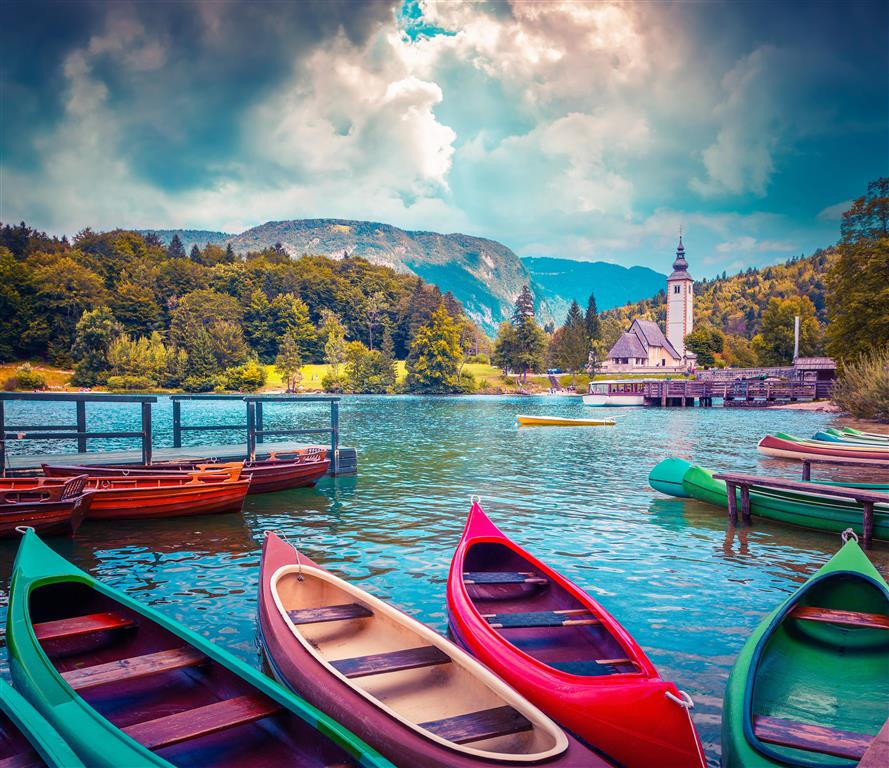 Buď se můžete vydat na plavbu s místním průvodcem, nebo si pronajmout vlastní člun a křižovat jezero dle libosti