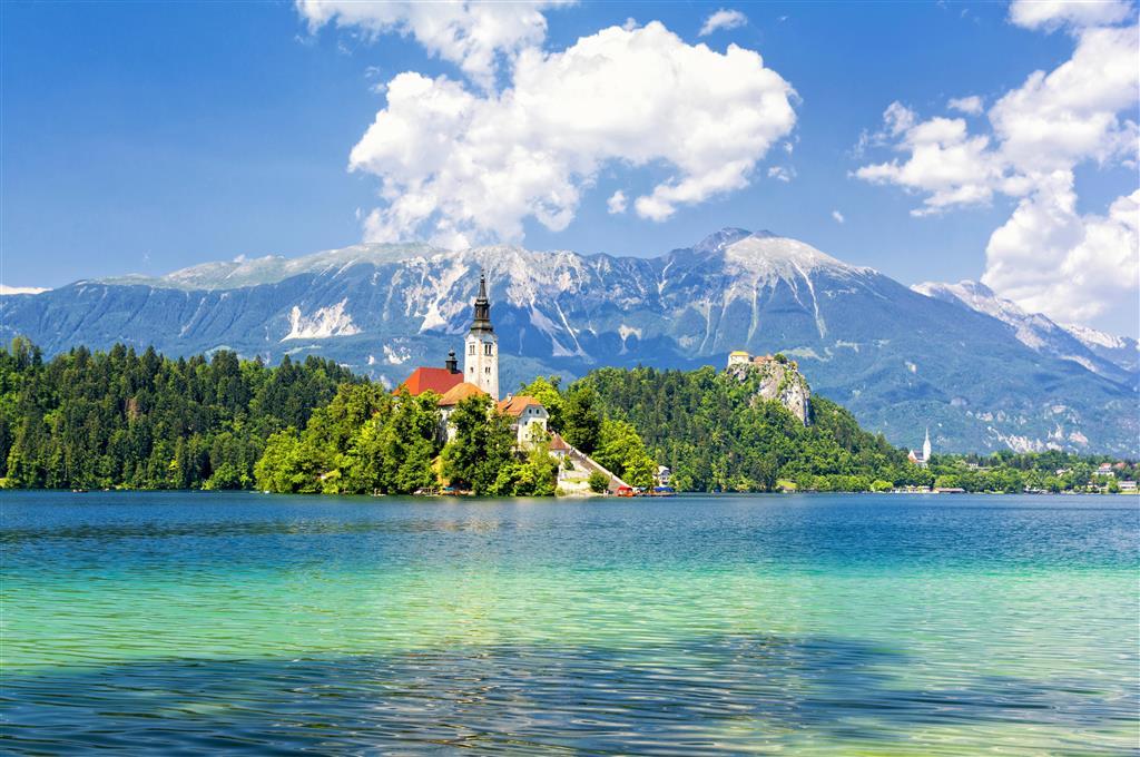 Od Bledského jezera se vám otevře překrásný panoramatický výhled na okolní celoročně zasněžené hory