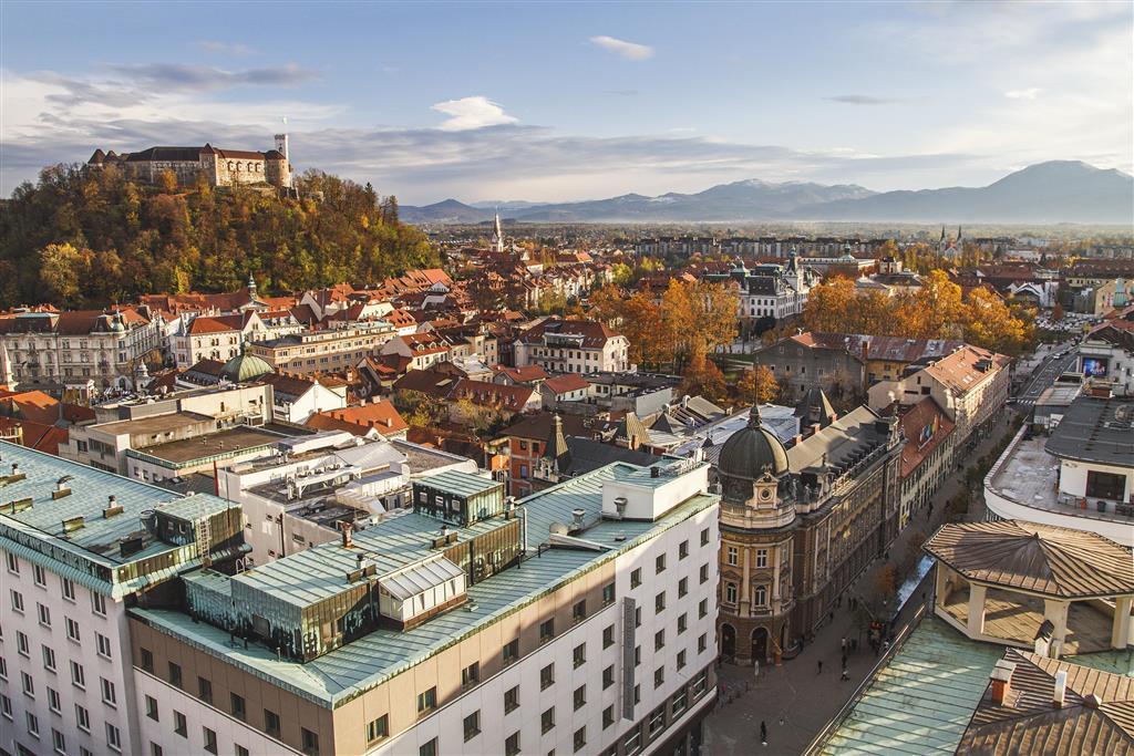 Dominantou je Lublaňský hrad, na který se dá vyjet lanovkou. Kopec, na kterém stojí, je totiž dost strmý