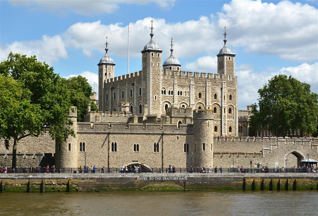 Královský Tower fungoval jako hrad, zoo, observatoř, mincovna i jako vězení. Vězněny a popraveny zde byly i dvě ženy Jindřicha VIII.