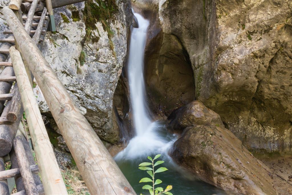 Ta tvoří na několika místech sérii vodopádů, které padají soutěskou dolů
