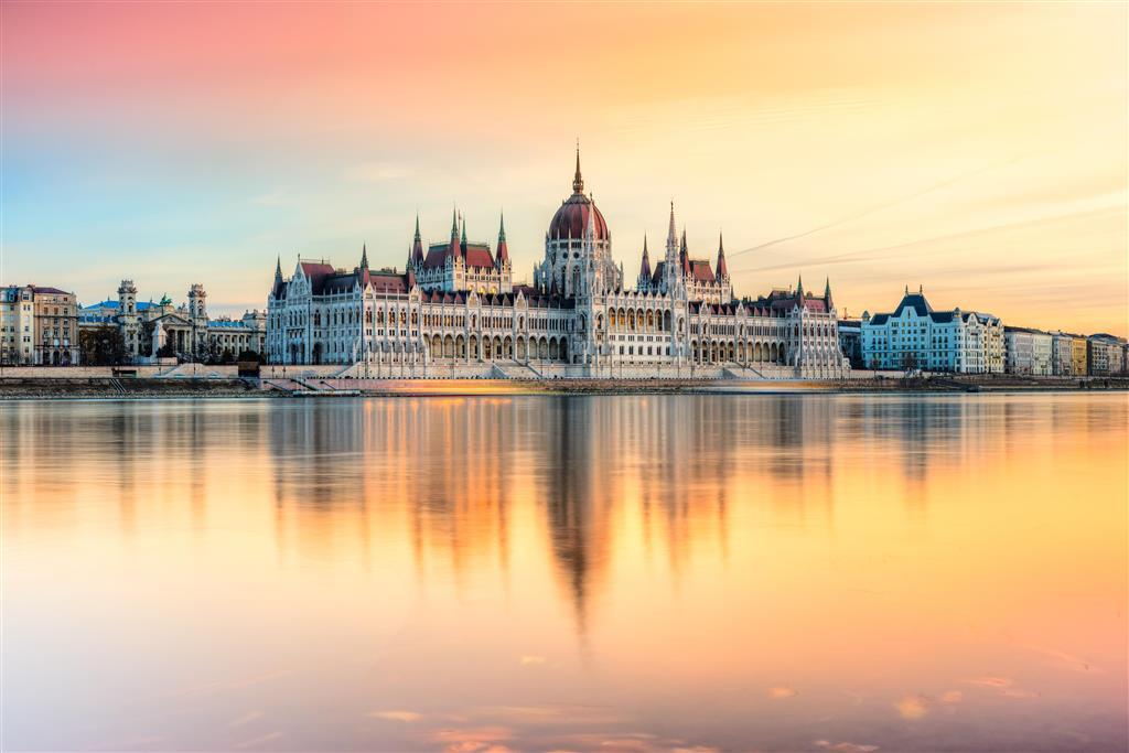 Parlament z vodní hladiny, možnost plavby na lodičkách