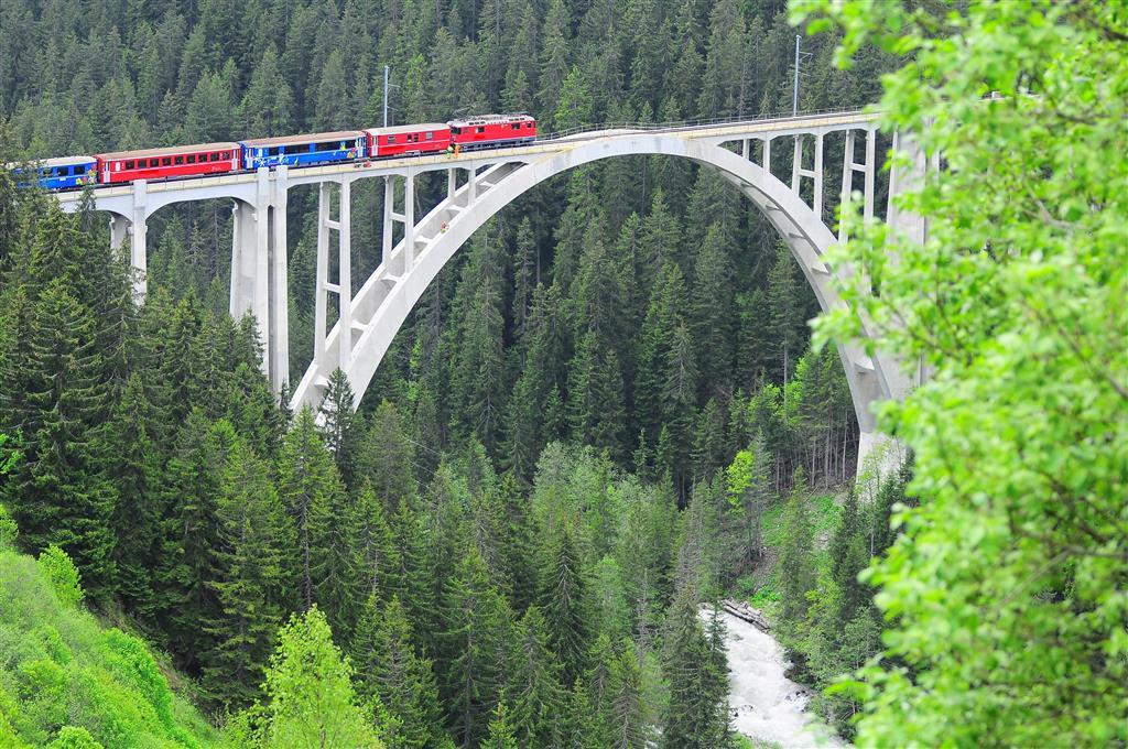 Na trase vás čeká 55 tunelů a 196 mostů. Nejvyšším bodem trasy je Ospizio Bernina ve 2 253 m
