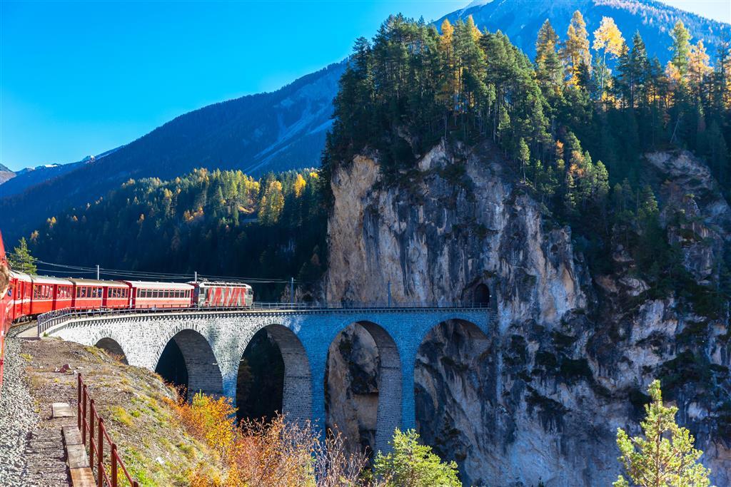 Bernina Express na své klikaté a panoramatické trase propojuje různé jazykové oblasti a kultury