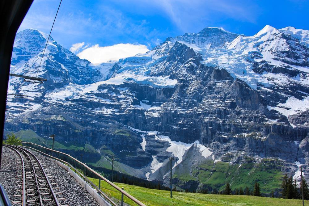 Bernina Express disponuje moderními panoramatickými vozy, během jízdy se prodávají nápoje a snacky