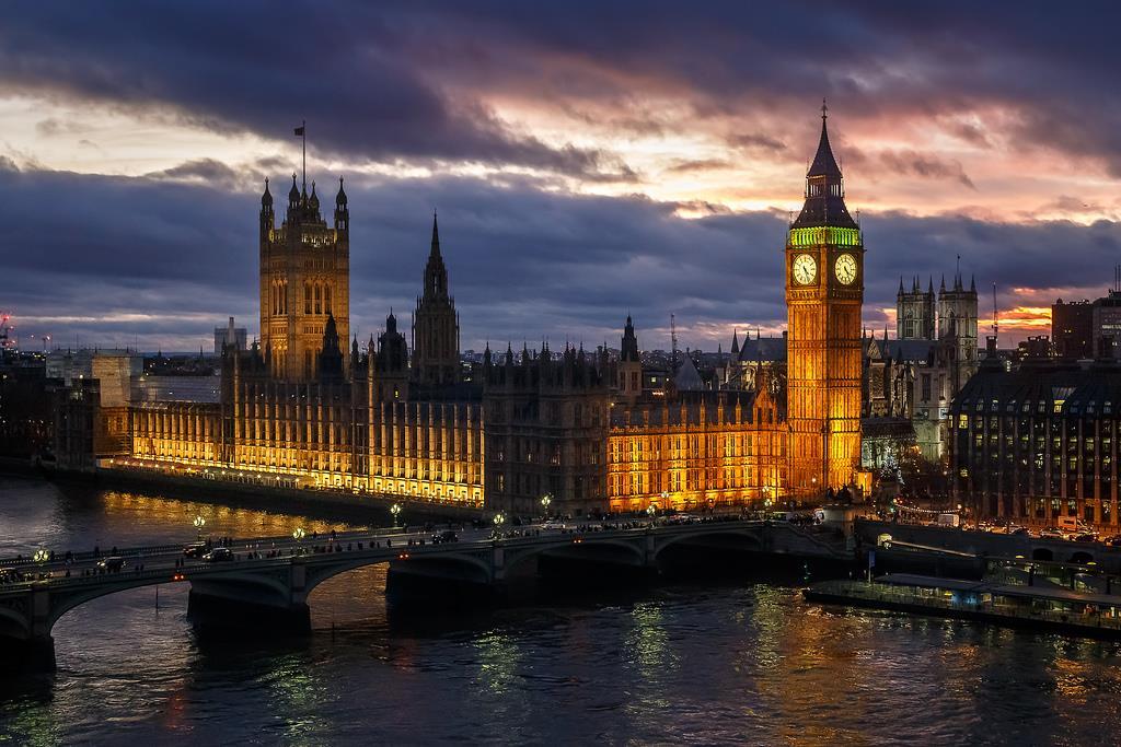 Druhou výraznou věží parlamentu je Viktoriiana věž, ve které se skladuje 15 000 dosud platných zákonů z dávné historie