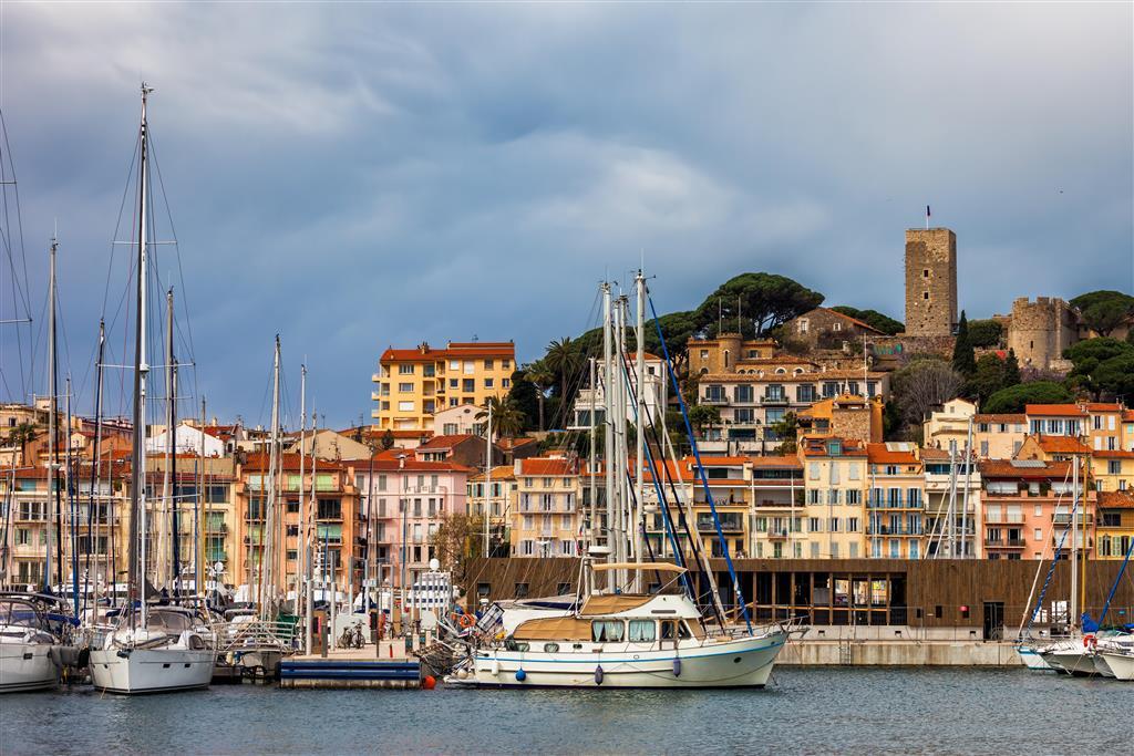 Staré město v Cannes se rozkládá na kopci nad promenádou