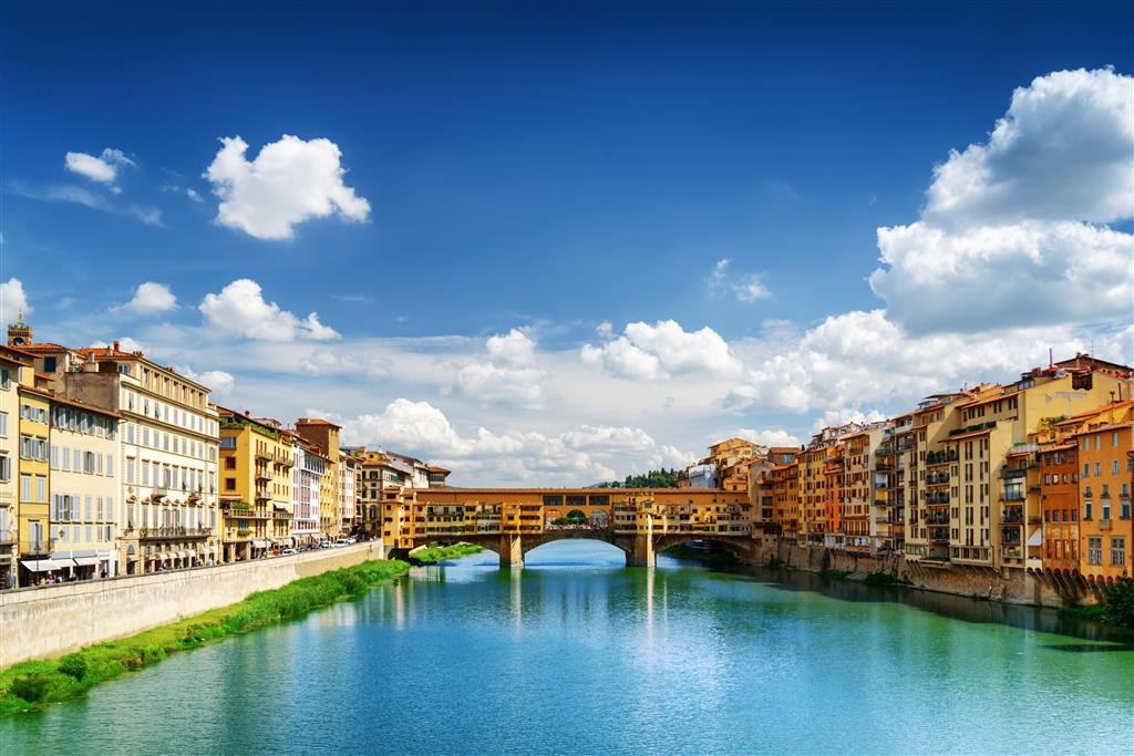 """Nejznámějším mostem na řece Arno je Ponte Vecchio, přezdívaný jako """"Most zlatníků"""""""