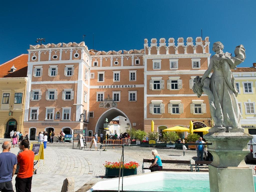 Domy kolem náměstí svědčí o prosperitě města. Ve stylu nejčistější benátské renesance je postaven palác rodiny Verderbegů