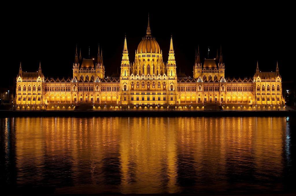 Nejimpozantnější budovou ve městě je bezesporu Parlament. Sídlí tu prezident i ministerský předseda