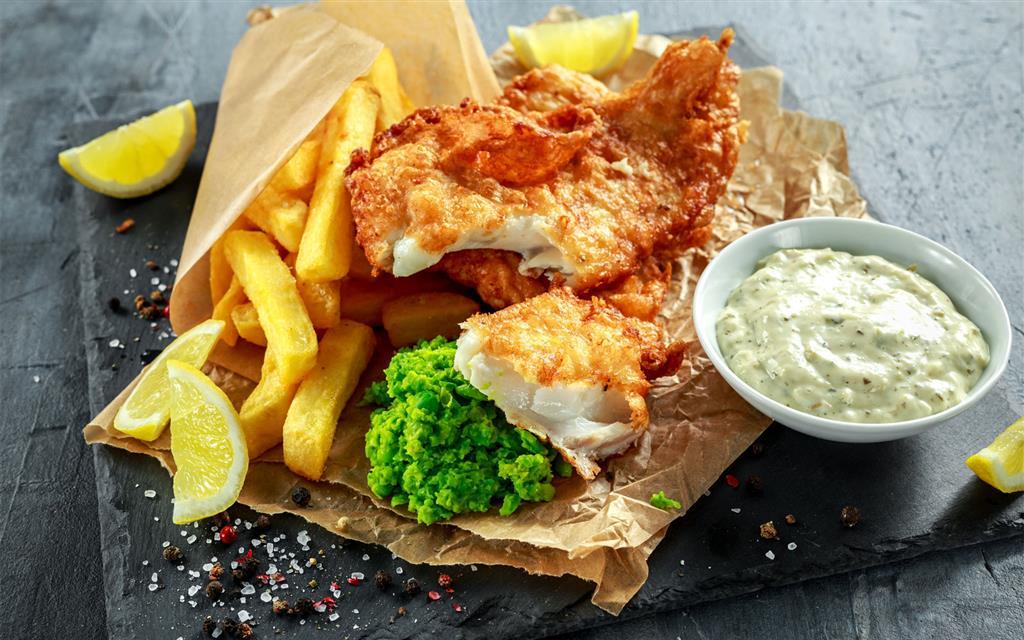Vyzkoušet musíte typickou místní specialitu Fish and chips, nejlepší si dáte u Toweru. Dřív se toto jídlo balilo do novinového papíru